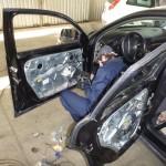 nasz mechanik w trakcie montażu powierzonych przez klienta głośników