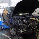 zdemontowany przód auta w czasie wymiany rozrządu